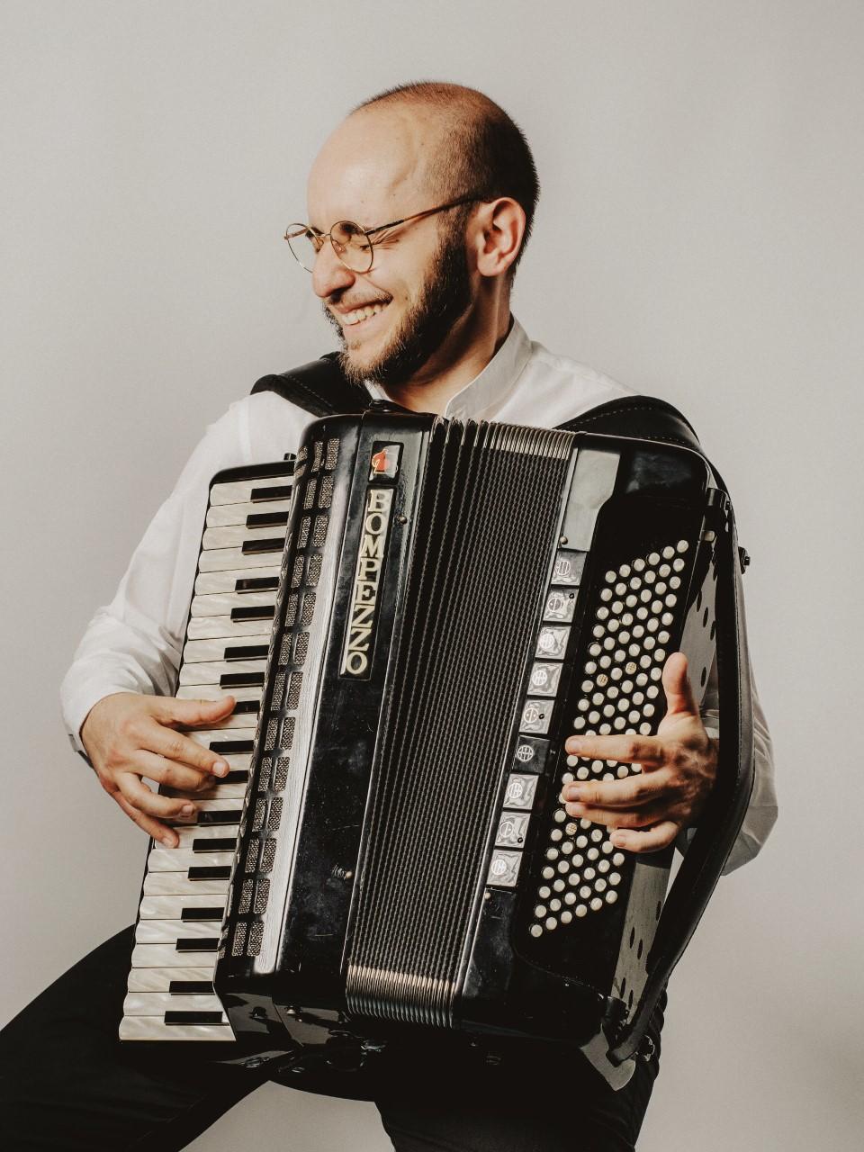 """""""Fiorire, sfiorire"""" - Il primo disco del fisarmonicista e cantautore salentino Pierpaolo Mingolla declama l'amore e le stagioni"""