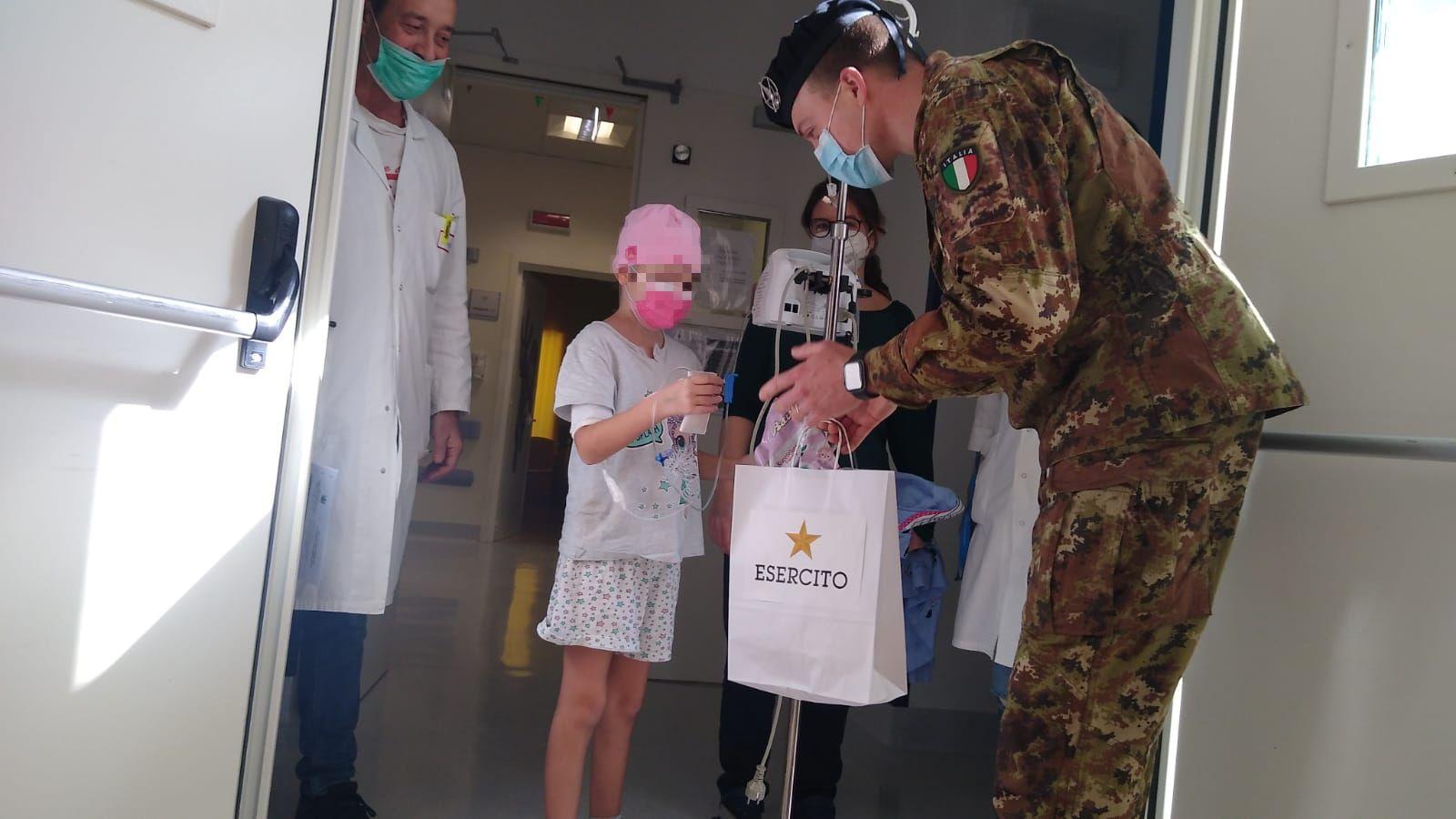 Uova di cioccolato nei reparti di Pediatria del Policlinico di Bari grazie ai Militari e all'Associazione Agebeo
